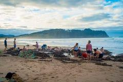 ISLA DEL NORTE, NUEVO SELANDIA 16 DE MAYO DE 2017: Los turistas que cavan sus propias aguas termales en agua caliente varan, Coro Imagenes de archivo