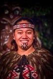 ISLA DEL NORTE, NUEVO SELANDIA 17 DE MAYO DE 2017: Retrato del hombre de Tamaki Maori con la cara tradicionalmente tatooed en tra Fotos de archivo libres de regalías