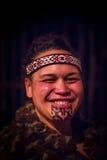 ISLA DEL NORTE, NUEVO SELANDIA 17 DE MAYO DE 2017: Retrato del hombre de Tamaki Maori con la cara tradicionalmente tatooed en tra Foto de archivo