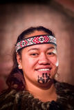 ISLA DEL NORTE, NUEVO SELANDIA 17 DE MAYO DE 2017: Retrato del hombre de Tamaki Maori con la cara tradicionalmente tatooed en tra Fotos de archivo