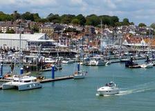 Isla del puerto de Cowes del Wight con el cielo azul Fotos de archivo libres de regalías