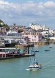Isla del puerto de Cowes del Wight con el cielo azul Fotos de archivo