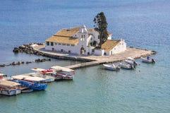 Isla del ratón cerca de la costa de Corfú Imagen de archivo