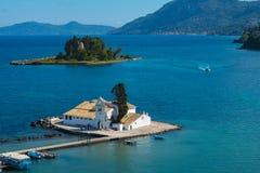 Isla del ratón y el monasterio de Vlacherna en la península de Kanoni Fotos de archivo libres de regalías