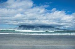 Isla del ron con la onda que causa un crash Foto de archivo libre de regalías