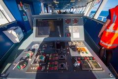 ISLA DEL SUR, NUEVO SELANDIA 25 DE MAYO DE 2017: Cabina experimental del comando del transbordador con la opinión sobre el mar, e Fotos de archivo