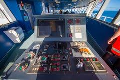 ISLA DEL SUR, NUEVO SELANDIA 25 DE MAYO DE 2017: Cabina experimental del comando del transbordador con la opinión sobre el mar, e Fotos de archivo libres de regalías