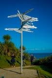 ISLA DEL SUR, NUEVO SELANDIA 23 DE MAYO DE 2017: Gente no identificada que mira el poste indicador el cabo Foulwind en la costa o Imagen de archivo