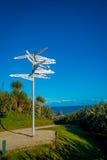 ISLA DEL SUR, NUEVO SELANDIA 23 DE MAYO DE 2017: Gente no identificada que mira el poste indicador el cabo Foulwind en la costa o Imágenes de archivo libres de regalías