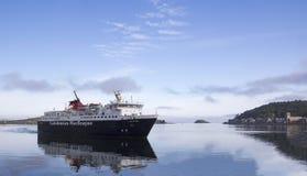 Isla del transbordador Mull que llega Oban Imagen de archivo