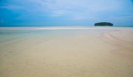 Isla deshabitada hermosa en el océano Imágenes de archivo libres de regalías