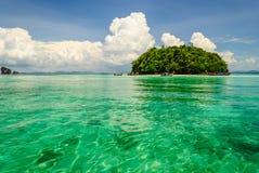 Isla en el agua del verde de la transparencia del mar Foto de archivo libre de regalías