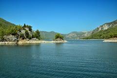 Isla en el barranco verde cerca de la ciudad de Manavgavt en Turquía Imágenes de archivo libres de regalías