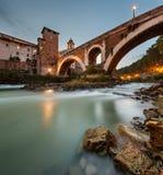Isla en el crepúsculo, Roma, Italia de Fabricius Bridge y de Tíber Foto de archivo