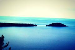 Isla en el gran azul imagen de archivo libre de regalías