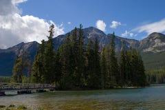 Isla en el lago Imagenes de archivo