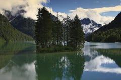 Isla en el lago Imágenes de archivo libres de regalías