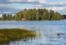 Isla en el lago en Finlandia Foto de archivo