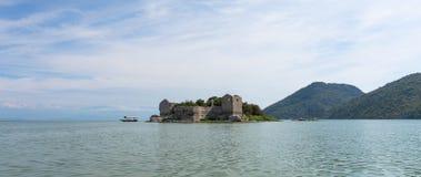 Isla en el lago Skadar imagen de archivo