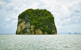 Isla en el mar de Andaman - paisaje tropical fotos de archivo