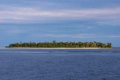 Isla en el mar de Banda, Indonesia Imágenes de archivo libres de regalías