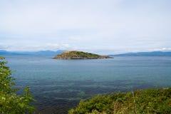 Isla en el mar en Oban, Reino Unido Archipiélago en el cielo idílico Vacaciones de verano en la isla Aventura y descubrimiento Imágenes de archivo libres de regalías