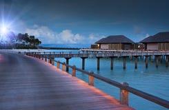 Isla en el océano, Maldives noche imagen de archivo