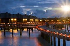 Isla en el océano, Maldives noche fotos de archivo