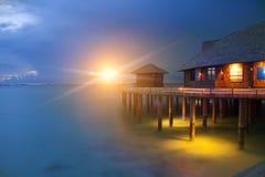 Isla en el océano, Maldives noche imagenes de archivo