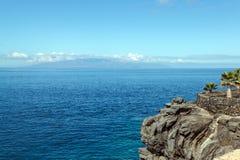 Isla en el océano y la roca Imagen de archivo libre de regalías