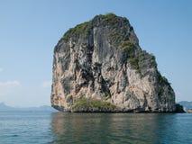 Isla en la bahía Krabi, Tailandia de Phang Nga Imágenes de archivo libres de regalías