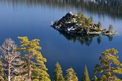 Isla en las sierras Imagen de archivo