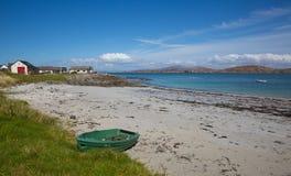 Isla escocesa británica de Escocia de la playa de Iona del barco de rowing de la isla Mull Foto de archivo