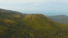 Isla Filipinas de Camiguin de la selva tropical de la tarde de la visión aérea metrajes