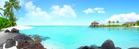 Isla hermosa con agua clara Fotos de archivo libres de regalías