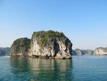 Isla hermosa de la piedra caliza en el mar Imagenes de archivo