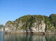 Isla hermosa de la piedra caliza en el mar Fotos de archivo libres de regalías