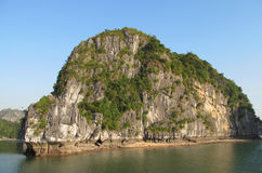 Isla hermosa de la piedra caliza en el mar Imagen de archivo libre de regalías