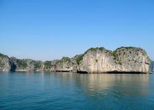 Isla hermosa de la piedra caliza en el mar Foto de archivo