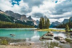 Isla hermosa del alcohol en el lago Maligne, Jasper National Park, Alberta, Canadá foto de archivo