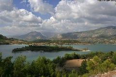 Isla hermosa en un lago de la montaña Foto de archivo libre de regalías