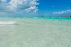Isla hermosa, playa de Isla Mujeres, playa hermosa con las casas de planta baja del agua, Isla Mujeres, México Foto de archivo