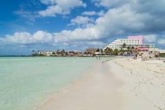Isla hermosa, playa de Isla Mujeres, playa hermosa con las casas de planta baja del agua, Isla Mujeres, México Imagenes de archivo