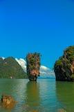 Isla hermosa y cielo azul Fotos de archivo libres de regalías