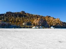 Isla Incahuasi eller Isla de los pescadores är en ö i mitt av Salar de Uyuni i Bolivia royaltyfria bilder