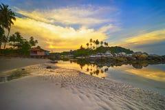 Isla Indonesia de Bintan de la playa de Pengudang de la puesta del sol fotos de archivo