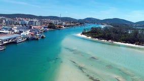 Isla japonesa, Cabo Frio, el Brasil: Vista aérea de una playa fantástica con agua cristalina almacen de metraje de vídeo