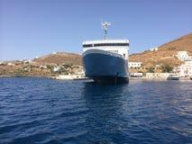 Isla Kythnos una nave a viajar allí Foto de archivo libre de regalías