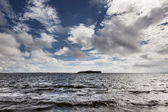 Isla minimalista: ¡Tierra!!! imagen de archivo