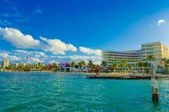ISLA MUJERES, МЕКСИКА, 10-ОЕ ЯНВАРЯ 2018: Внешний взгляд некоторых зданий в horizont на пляже Isla Mujeres, с Стоковая Фотография RF